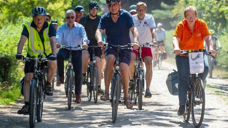 Stephan Weil (SPD, M), Ministerpräsident von Niedersachsen, fährt mit Mitgliedern des ADFC Fahrrad. Foto:Philipp Schulze