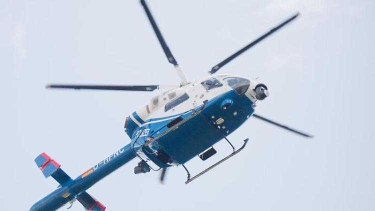 Ein Hubschrauber sucht nach einer vermissten Person. Foto: Julian Stratenschulte/Archivbild