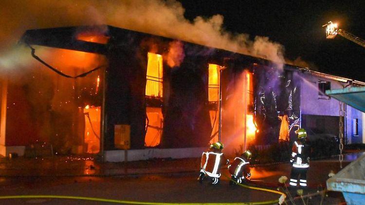 Ein Wohnhaus und eine Schreinerei stehen am in der Karl-Kurz-Straße in Rosengarten-Uttenhofen in Flammen. Foto: Marvin Koss