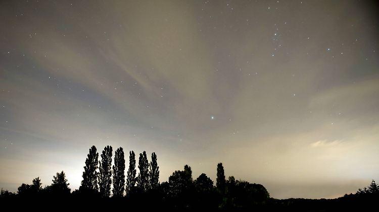 Sonne Mond Und Sterne Im August Perseiden Bringen Sternschnuppen
