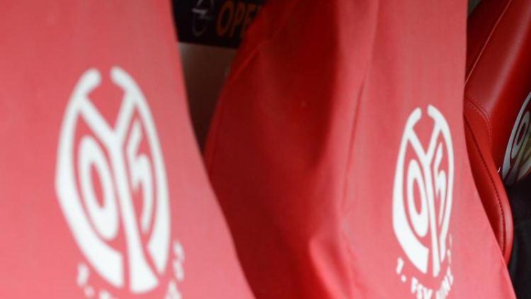 Die Trainerbank des 1. FSV Mainz 05 in der Coface Arena in Mainz. Foto: Arne Dedert/Archivbild