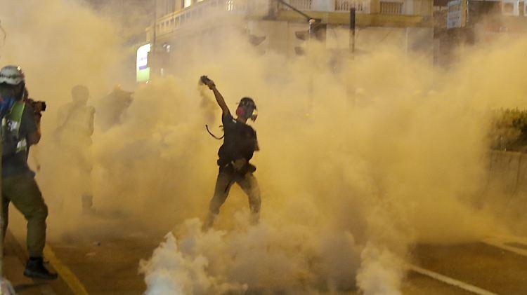 Polizisten im Stadtteil Sheung Wan setzten Tränengas gegen kleinere Protestgruppen ein