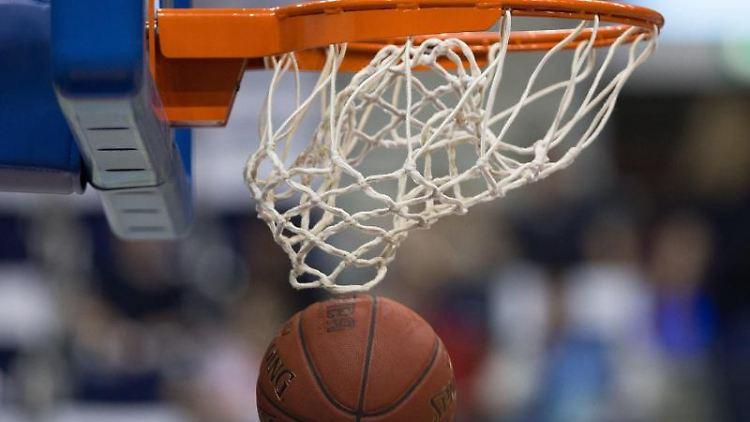 Ein Basketball geht in den Korb. Foto: Lukas Schulze/Archivbild