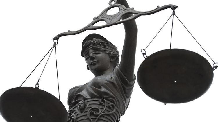 Eine Statue der Justitia mit einer Waage in ihrer Hand. Foto: D.- W. Ebener/Archiv
