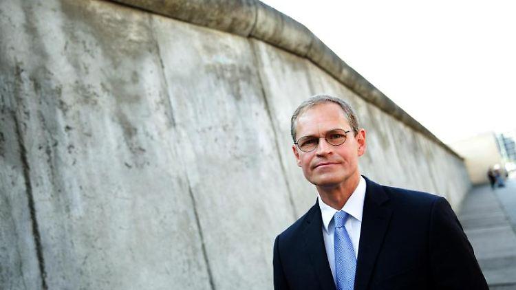 Der Regierende Bürgermeister Michael Müller (SPD) an der Mauergedenkstätte Bernauer Straßer. Foto: Jörg Carstensen/Archivbild