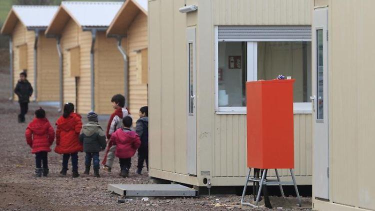 Flüchtlingskinder spielen auf dem Gelände der Zentralen Anlaufstelle für Asylbewerber in Halberstadt. Foto: Jens Wolf/Archivbild
