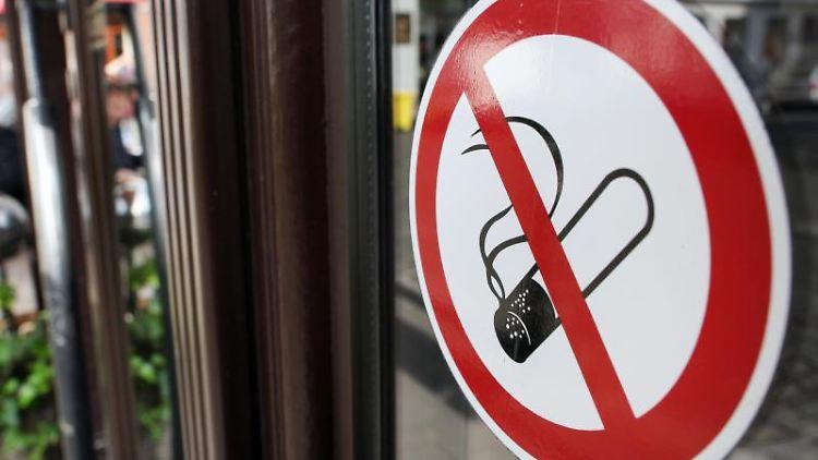Gesundheitsminister plant striktes Rauchverbot in Gaststätten. Foto: Martin Gerten/Archivbild