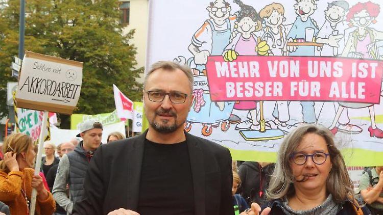 Jenas Oberbürgermeister Thomas Nitzsche (FDP) und Sozialministerin Heike Werner (Linke) auf einer Demonstration. Foto: Bodo Schackow/Archiv