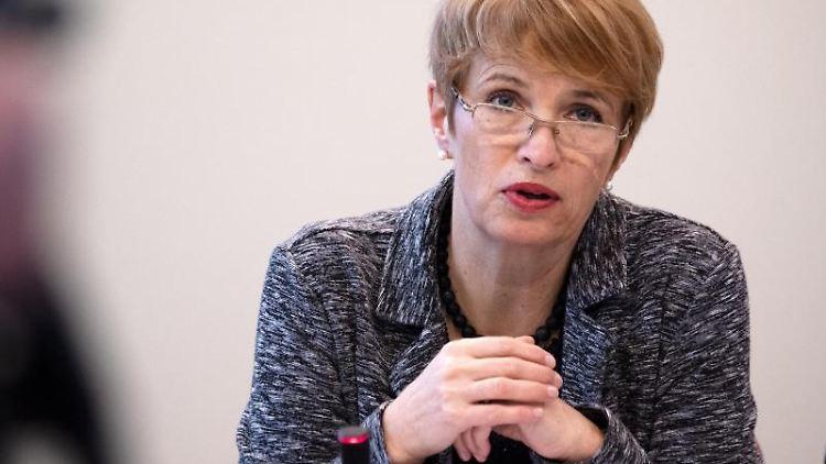 Martina Münch (SPD), Wissenschaftsministerin von Brandenburg, spricht während der Jahrespressekonferenz. Foto: Ralf Hirschberger/Archivbild