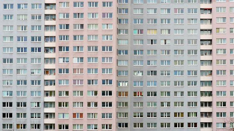 Die Fassade eines Neubaublocks. Foto: Jens Kalaene/Archivbild
