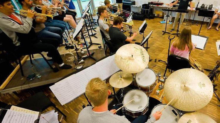 Das Jugendjazzorchester Niedersachsen probt in der Landesmusikakademie Niedersachsen. Foto: Julian Stratenschulte