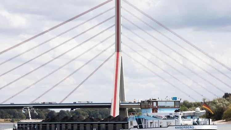 Blick auf die Fleher Brücke. Foto: Rolf Vennenbernd/Archivbild