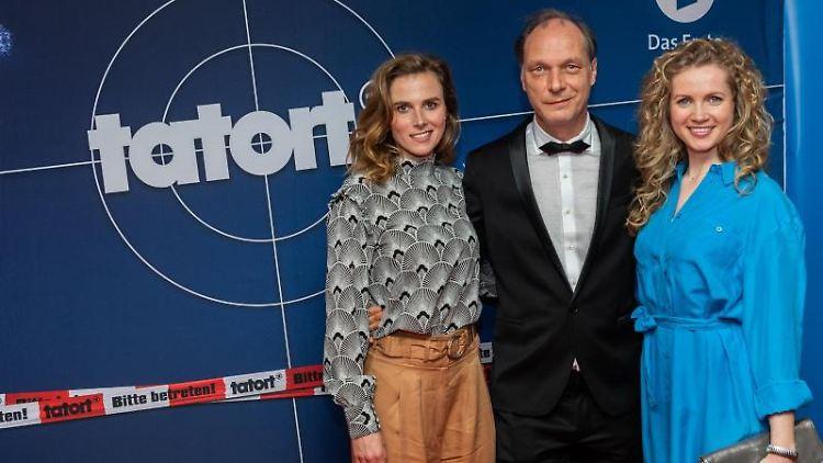 Die Schauspieler Karin Hanczewski (l-r), Martin Brambach und Cornelia Gröschel. Foto: Robert Michael/Archivbild