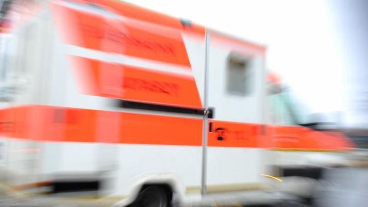 Ein Rettungswagen fährt über eine Straße. Foto: Andreas Gebert/Archivbild