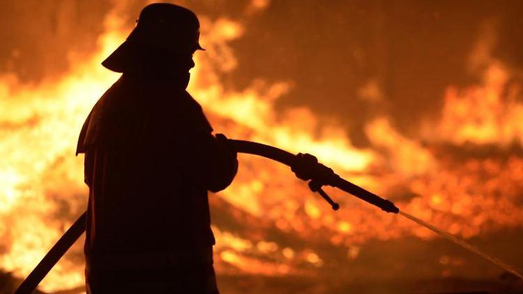 Ein Feuerwehrmann löscht einen Brand (Symbolbild). Foto: Dominique Leppin/Archivbild