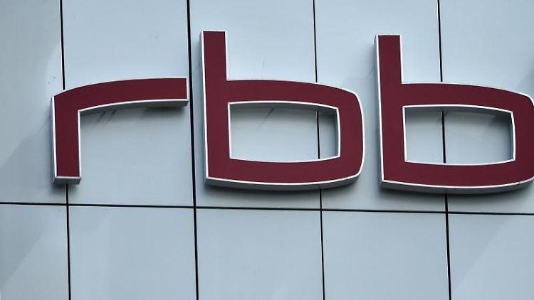 Blick auf das rbb Logo an der Fassade eines Gebäude des Senders. Foto: Bernd von Jutrczenka/Archivbild