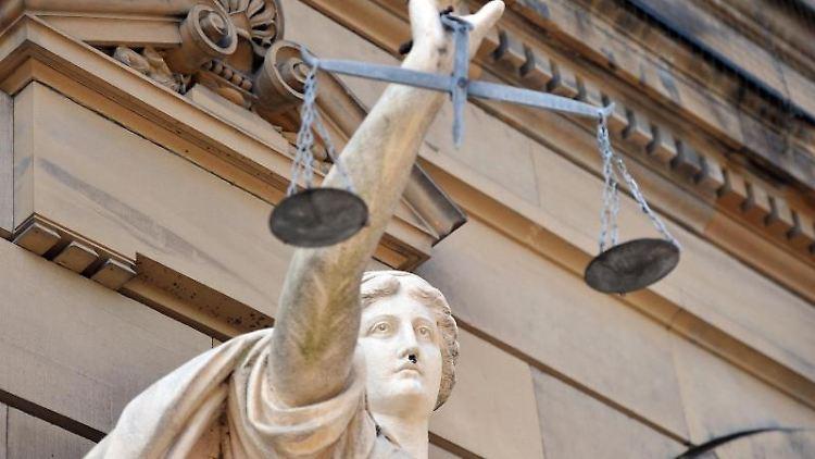 Eine Statue der Göttin Justitia steht vor einem Gerichtsgebäude. Foto: Stefan Puchner/Archivbild