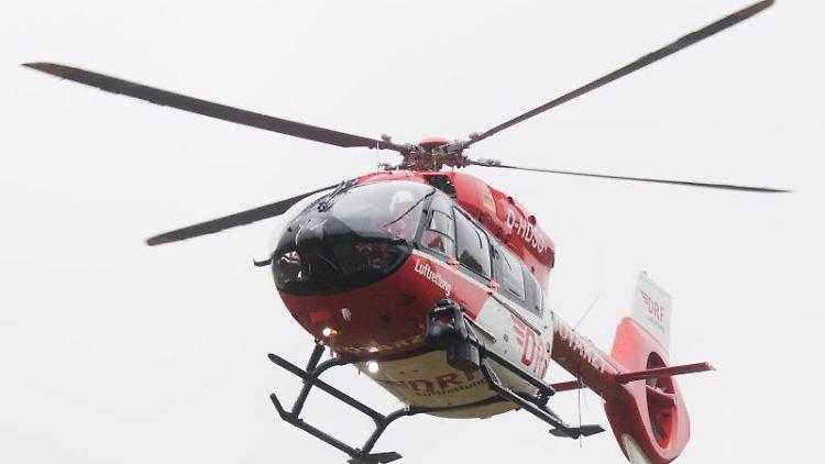 Ein Rettungshubschrauber fliegt durch die Luft. Foto: Julian Stratenschulte/Archivbild