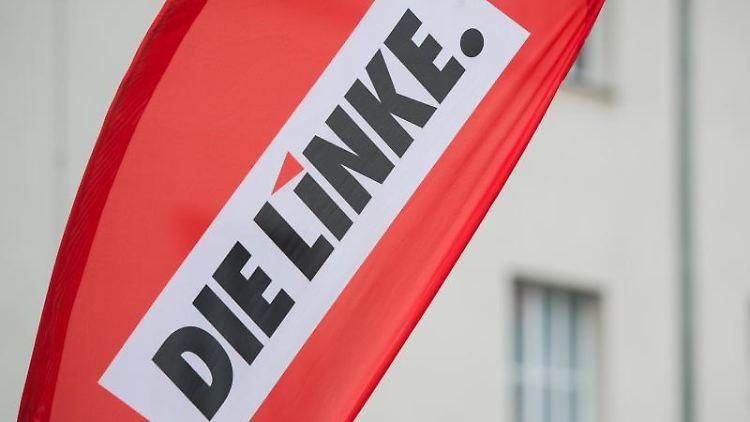 Ein Banner mit dem Logo der Partei Die Linke. Foto: Lukas Schulze/Archiv