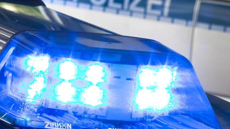 Ein Blaulicht leuchtet auf dem Dach eines Polizeiwagens. Foto: Friso Gentsch/Archivbild