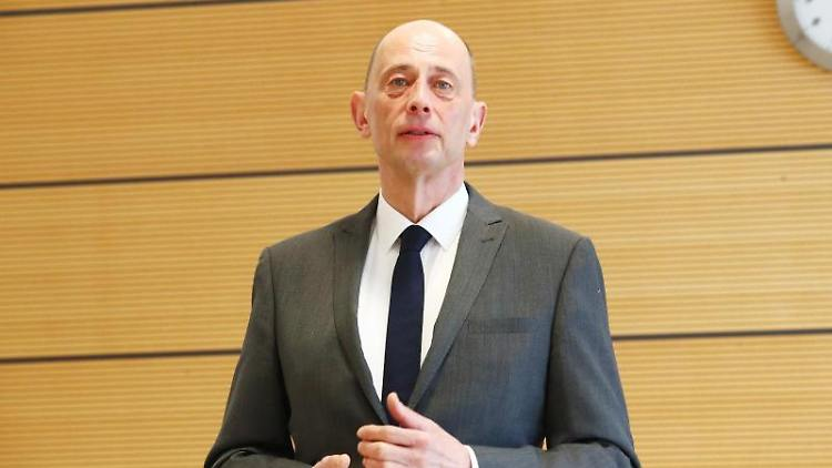 Wolfgang Tiefensee (SPD), Wirtschaftsminister von Thüringen. Foto:Bodo Schackow/Archiv