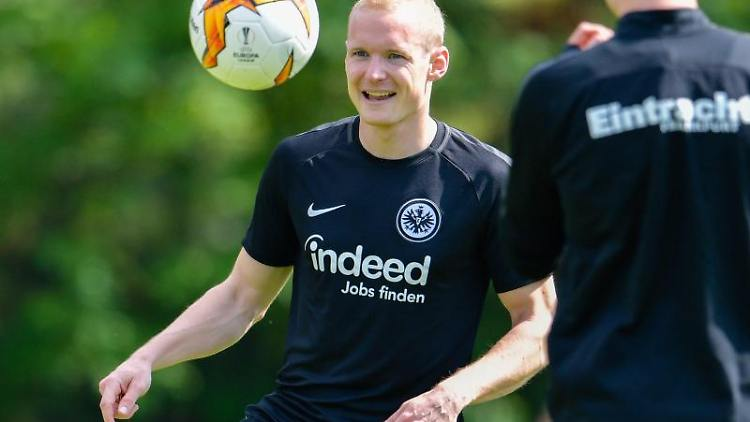 Sebastian Rode mit dem Ball. Foto: Uwe Anspach/Archiv