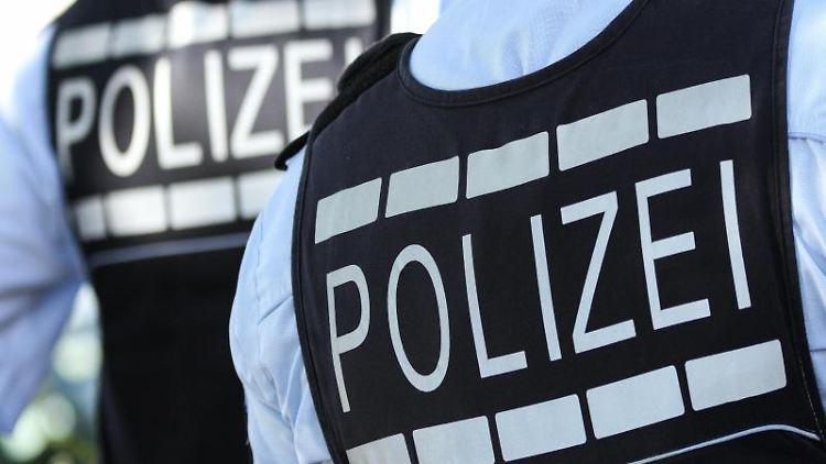 In Polizei-Westen gekleidete Polizisten. Foto: Silas Stein/Archivbild