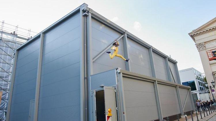 Berlin & Brandenburg: Rätseln um Box: Was sich im Container am Gorki ...