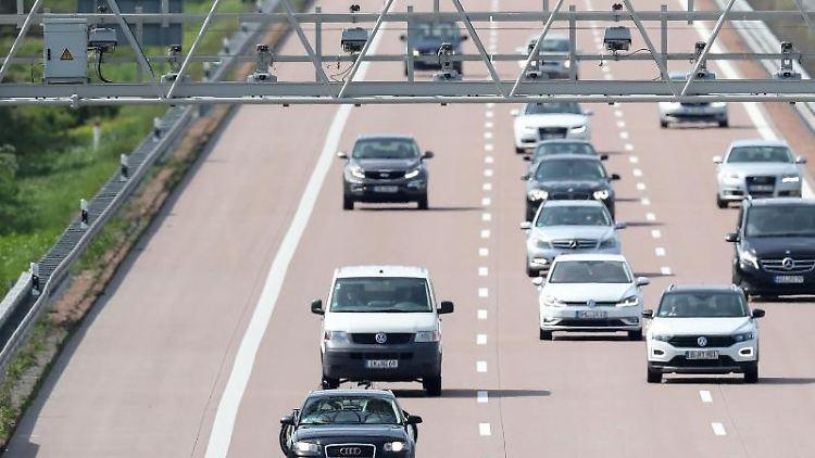 Verschiedene Pkw und Transporter fahren unter einer Mautbrücke auf der Autobahn A9 hindurch. Foto: Jan Woitas/Archivbild