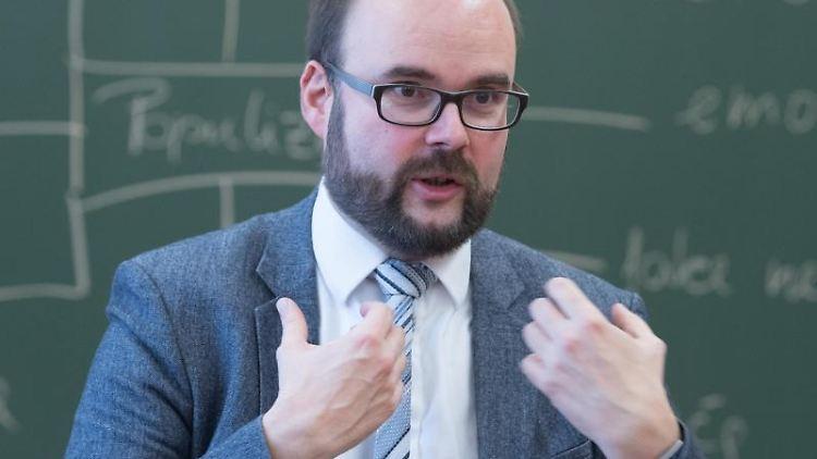 Christian Piwarz (CDU), Kultusminister von Sachsen, spricht mitSchülern. Foto: Sebastian Kahnert/Archivbild