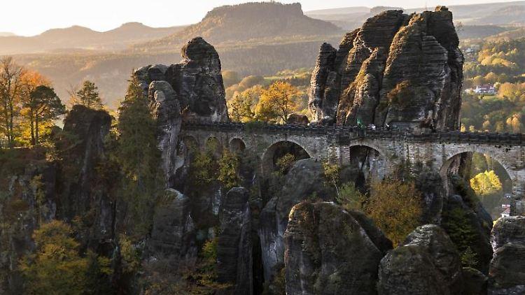 Blick auf die Basteibrücke im Nationalpark Sächsische Schweiz. Foto: Monika Skolimowska/Archivbild