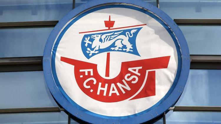Das Vereins-Logo des FC Hansa Rostock ist an der Fassade des Stadium angebracht. Foto: Bernd Wüstneck/Archivbild