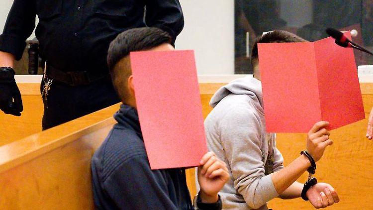 Prozess um Messerattacke: Die zwei Angeklagten sitzen im Gerichtssaal im Landgericht Hannover. Foto: Julian Stratenschulte