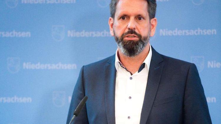 Olaf Lies (SPD), Niedersachsens Umweltminister, spricht bei einer Pressekonferenz. Foto: Julian Stratenschulte/Archivbild