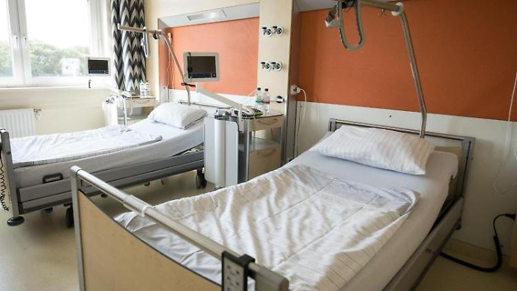 Blick in ein Patientenzimmer in einemKrankenhaus.Foto: Christian Charisius/Archivbild