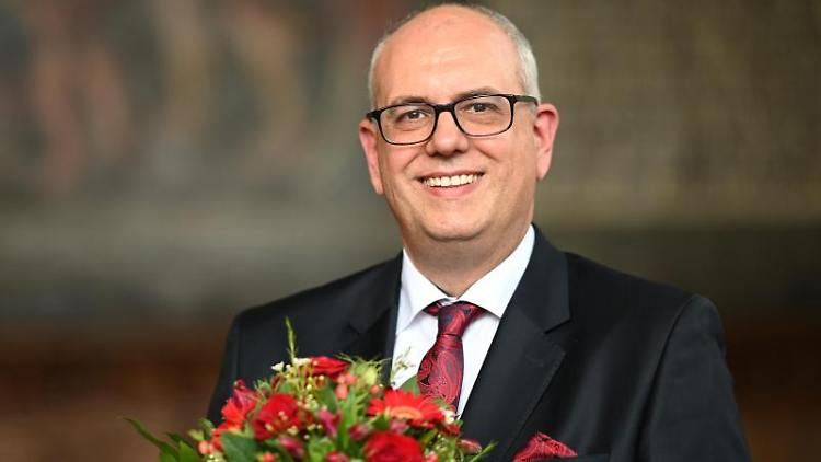 Andreas Bovenschulte (SPD) lächelt nach der Wahl zum Regierungschef. Foto: Mohssen Assanimoghaddam
