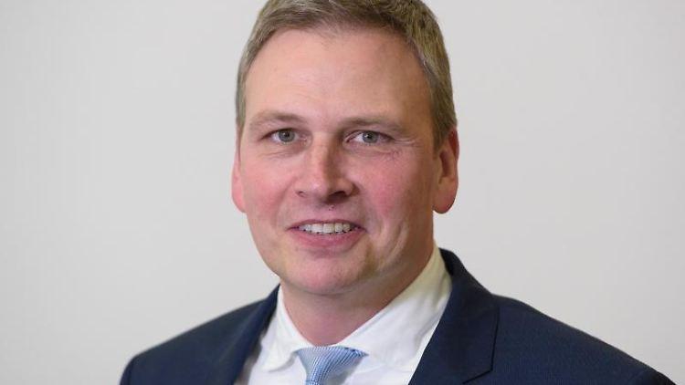 Finanzminister Peter Strobel (CDU) aufgenommen in der Saarländischen Staatskanzlei. Foto: Oliver Dietze/Archivbild