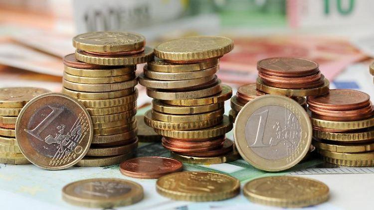 Euro-Münzen auf Euro-Banknoten. Foto: Tobias Hase/Archivbild