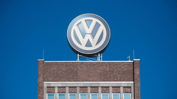 Ein großes VW-Logo auf dem Verwaltungshochhaus des Volkswagen-Werks. Foto: Julian Stratenschulte/Archivbild