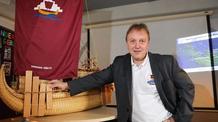 Der Experimental-Archäologe Dominique Görlitz vor einem Modell seines Schilfbootes