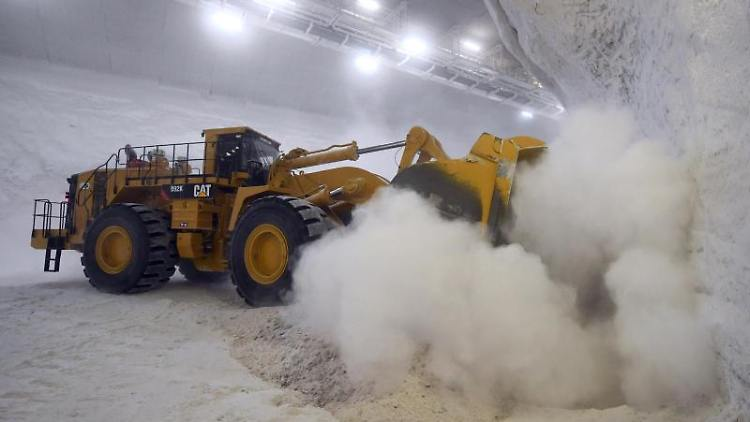 Ein Lader kippt im Großbunker der Schachtanlage Hattorf des Kali- und Salzproduzenten K+S Rohsalz in ein Rollloch. Foto: Arne Dedert/Archiv