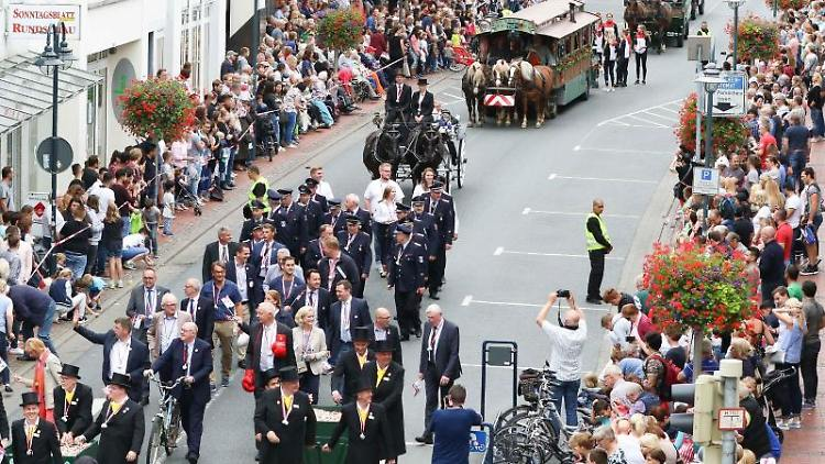 Der historische Festumzug bei der Eröffnung des Stoppelmarktes in Vechta. Foto: Mohssen Assanimoghaddam/Archivbild