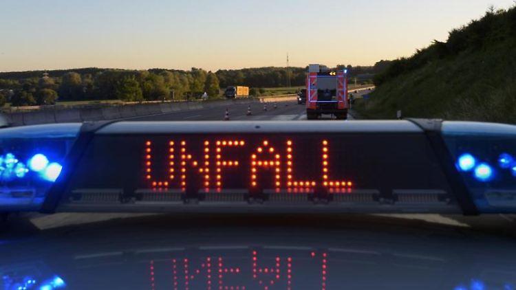 Polizeiwagen mit Blaulicht und Unfallwarnung. Foto: Stefan Puchner/Archivbild