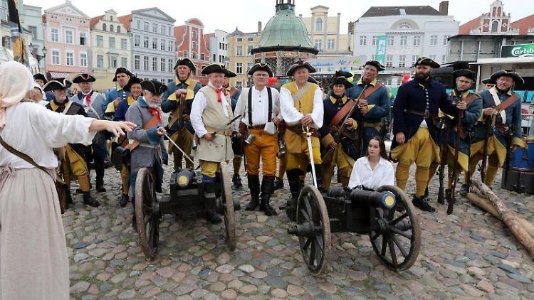 Darsteller schwedischer Karolinertruppen beim traditionellen Schwedenfest in Wismar. Foto:Bernd Wüstneck/Archivbild