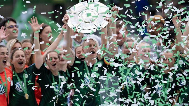 Die Spielerinnen des VfL Wolfsburg feiern die Deutsche Meisterschaft. Foto: Peter Steffen/Archivbild