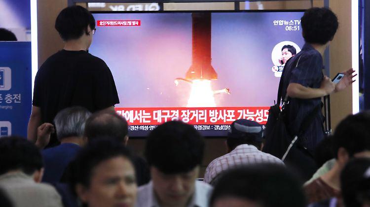 In Seoul verfolgen Menschen die Berichterstattung zu einem der Raketentests