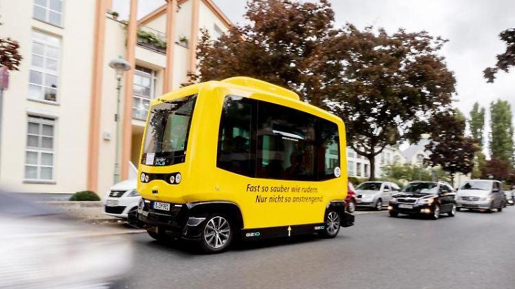 Der erste selbstfahrende Kleinbus im öffentlichen Straßenverkehr Berlins fährt zu seiner Jungfernfahrt. Foto: Christoph Soeder