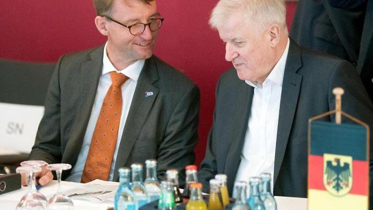 Bundesinnenminister Horst Seehofer (CSU, r), und Roland Wöller (CDU), Innenminister von Sachsen). Foto: Sebastian Kahnert
