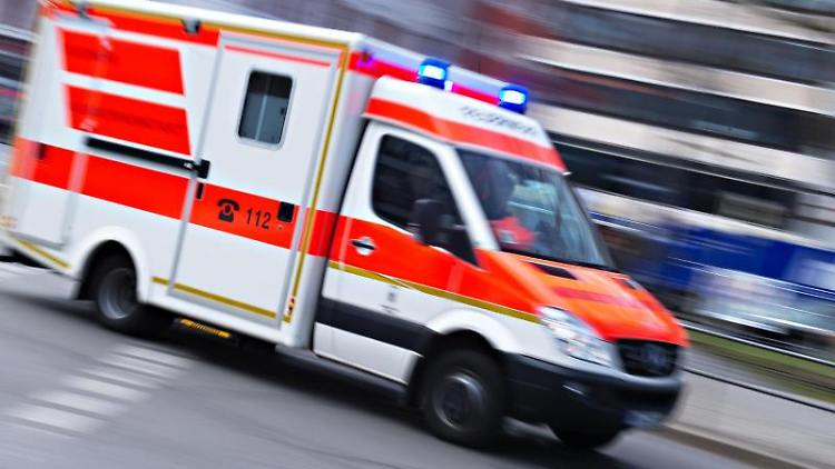 Ein Rettungswagen fährt mit Blaulicht über eine Straße. Foto: Nicolas Armer/Archivbild