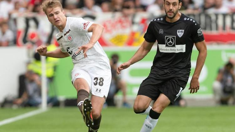 St. Paulis Florian Carstens und Stuttgarts Hamadi Al Ghaddioui (l-r) im Zweikampf um den Ball. Foto: Daniel Maurer